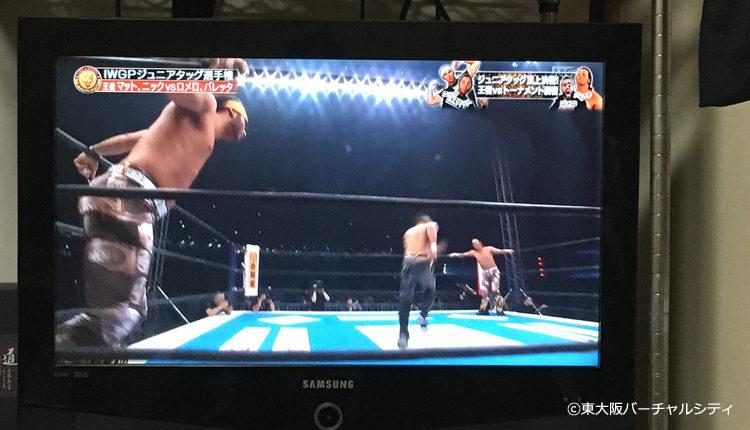 作業しながら新日本プロレスをテレビで観戦中