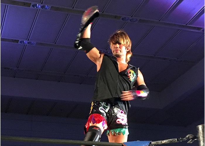 この日は公式戦で吉野選手と対戦の横須賀ススム選手。トライアングルのベルトを持って登場。地味から一気にカラフルに!