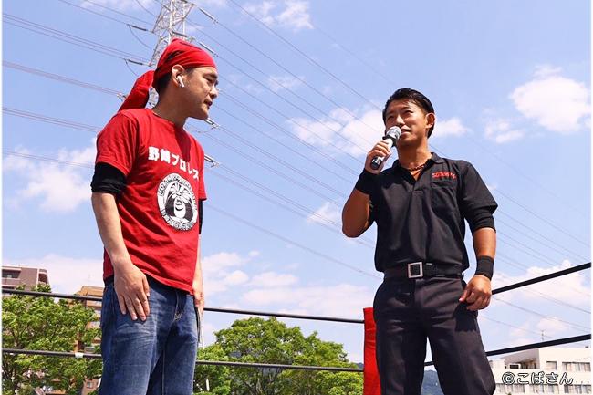 野崎プロレス 山田いいんちょー(左)と吉野レフェリー(右)