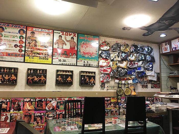 店内はまるでプロレス博物館、たくさんのポスターやマスク、グッズが展示されてました