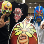ウルティモ・ドラゴンのマスク姿になった山田委員長といっしょにパチリ!
